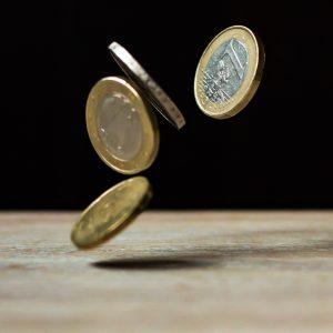 Euro cadono sul tavolo
